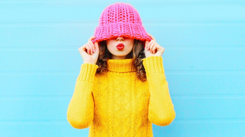 Volle Lippen und ein Kussmund, wie ihn die junge Frau auf dem Foto zeigt, sind Beautytrends