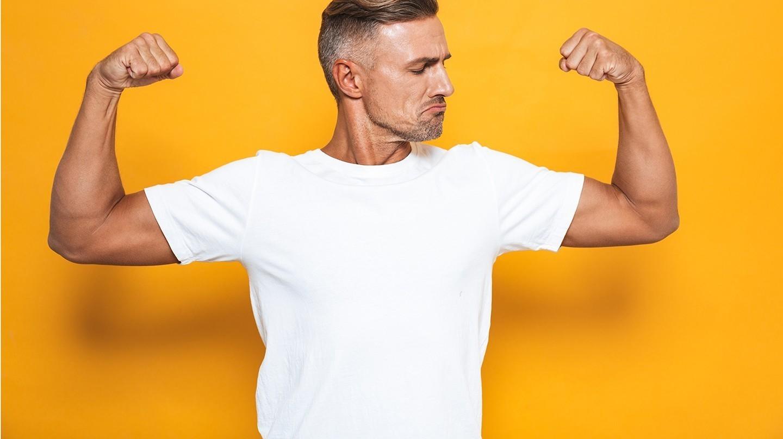Guter Vitamin-D-Wert wichtig für die Muskeln: Junger Mann lässt seine Bizeps spielen.